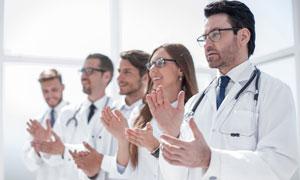 在鼓掌的医生人物特写摄影高清图片