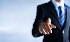 伸出了右手食指的人物摄影高清图片