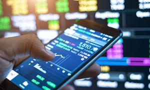 在手机上查看股市走势摄影高清图片