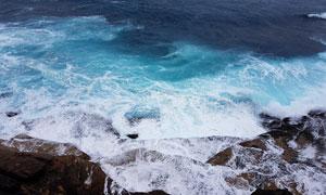 不停在拍打海岸的波涛摄影高清图片