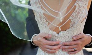被新郎环抱的新娘背部摄影高清图片