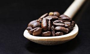 木质勺中的饱满咖啡豆摄影高清图片