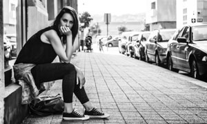 在街边坐着的美女黑白摄影高清图片