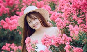 站在花丛植物后的长裙美女高清图片