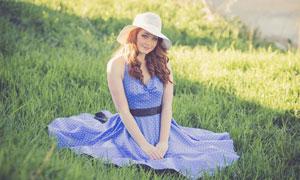 坐在草地上的开心美女摄影高清图片