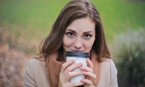 双手捧着咖啡杯的美女摄影高清图片
