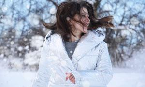 看到雪景后的开心美女摄影高清图片