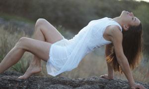 用手脚撑地的白衣美女摄影高清图片