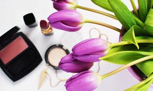 化妆品与紫色郁金香花摄影高清图片