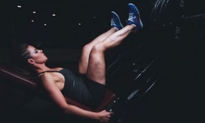 倒蹬机练腿训练的健身美女高清图片