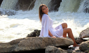 坐在海边礁石上的美女摄影高清图片