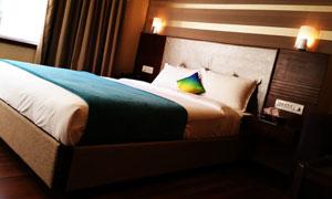 床頭燈亮著的臥室內景攝影高清圖片