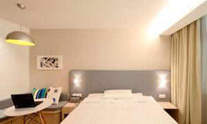 臥室卡座與雙人床擺放攝影高清圖片