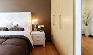 臥室大床與床頭柜臺燈攝影高清圖片