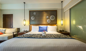 臥室雙人床與沙發吊燈攝影高清圖片