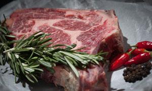 配以调味料点缀的牛排摄影高清图片