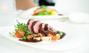 盘子里的美味牛肉特写摄影高清图片