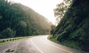 山脚下的盘山公路风光摄影高清图片