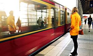 站在车站站台上的人物摄影高清图片