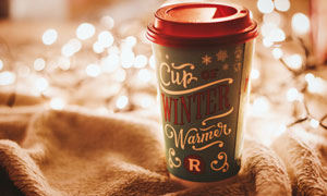 在梦幻朦胧光效下的咖啡杯高清图片