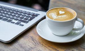 笔记本电脑与花式咖啡摄影高清图片