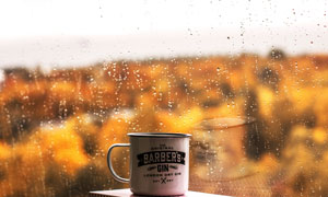搪瓷杯與在窗外的風光攝影高清圖片