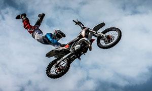 高空中摩托车极限运动人物高清图片