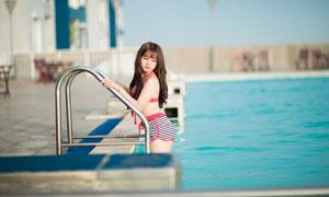 泳池扶手边的美女人物摄影高清图片