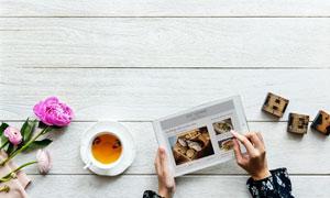 平板电脑与桌上的花茶摄影高清图片