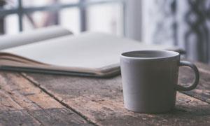 记事本与白色的咖啡杯摄影高清图片