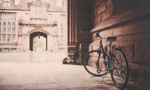 靠墻停放的自行車懷舊風格高清圖片