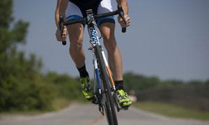 公路上骑行的男子特写摄影高清图片