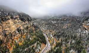 植被与山谷中的道路等摄影高清图片
