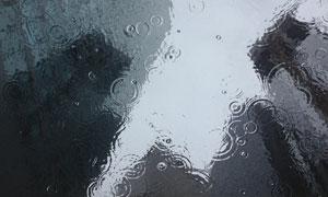 正下着小雨的地面特写摄影高清图片