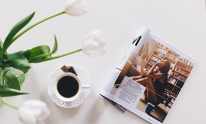 咖啡郁金香與一本雜志攝影高清圖片
