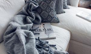沙發上的抱枕雜志物品攝影高清圖片