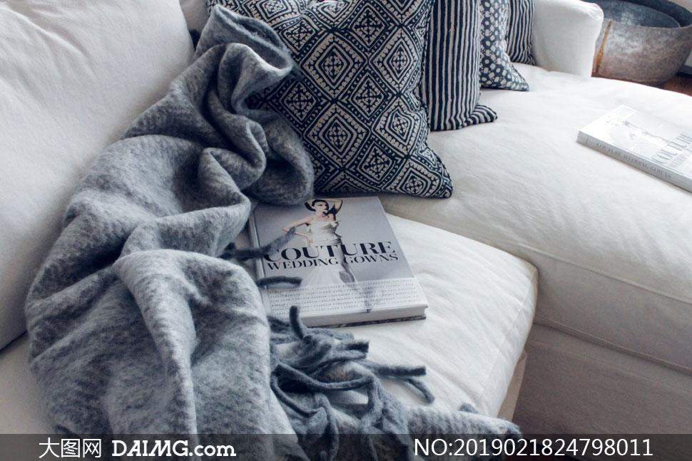 沙发上的抱枕杂志物品摄影高清图片