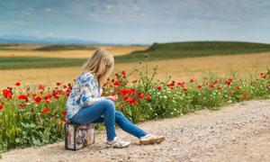 路边坐行李箱上的美女摄影高清图片