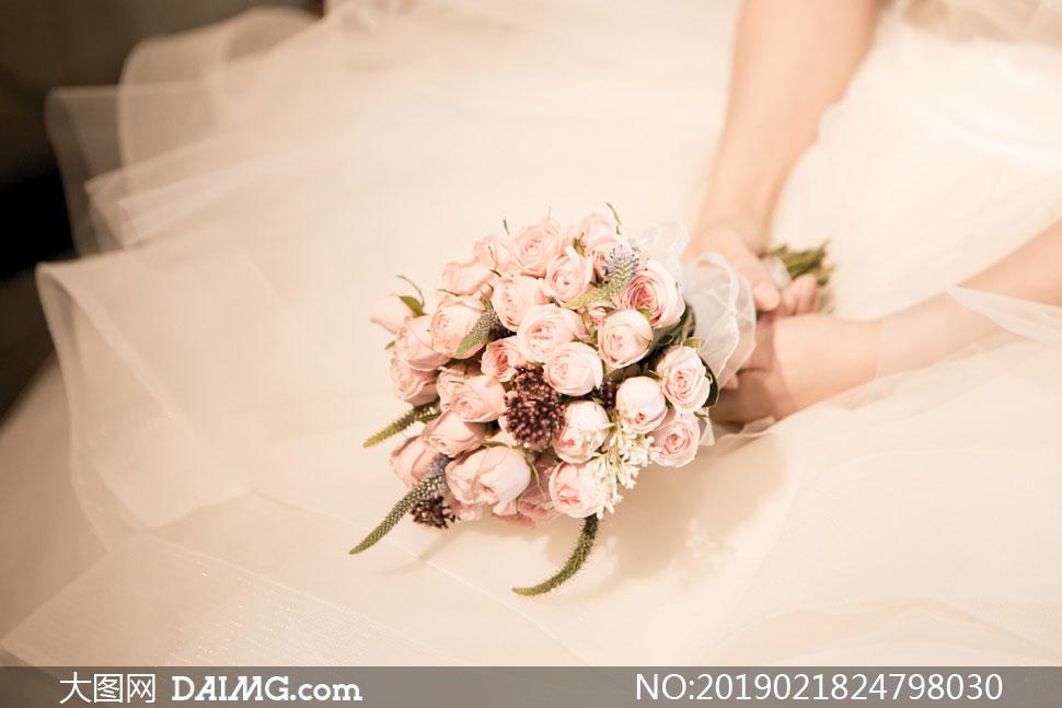 在新娘手里的玫瑰捧花特写高清图片