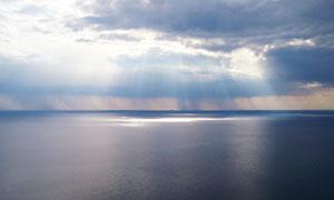 天空乌云与风平浪静的水面高清图片