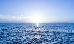 蓝天阳光与无风浪大海摄影高清图片