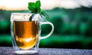 裝滿茶水的玻璃杯特寫攝影高清圖片