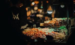 夜市上琳瑯滿目的烤串攝影高清圖片
