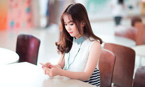 坐在餐桌旁的长发美女摄影高清图片