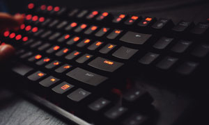 橙色背光黑色鍵盤特寫攝影高清圖片