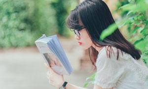 捧着书阅读的黑发美女摄影高清图片