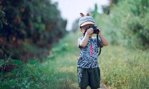 端起照相机拍摄的男孩人物高清图片