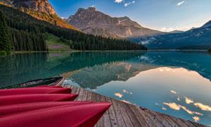 蓝天山峦树林湖泊风光摄影高清图片