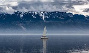 在雪山边上平静的大海摄影高清图片