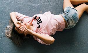 身穿短裤与粉色上衣的美女摄影图片
